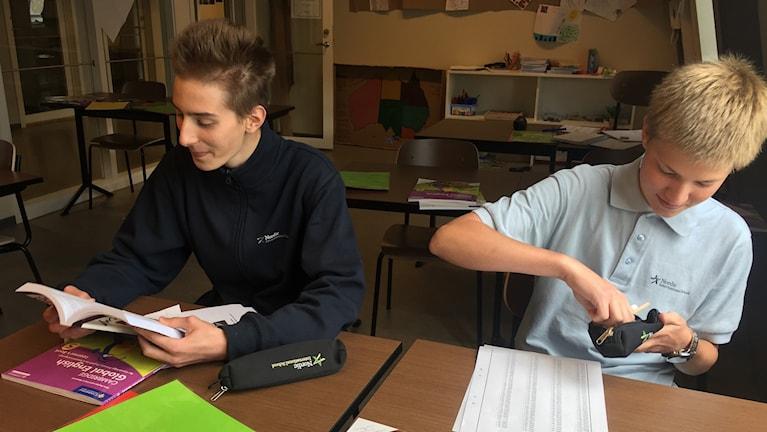 Oskar Ravantti och Romeo Dahlström, elever på friskolan Nordic International School.
