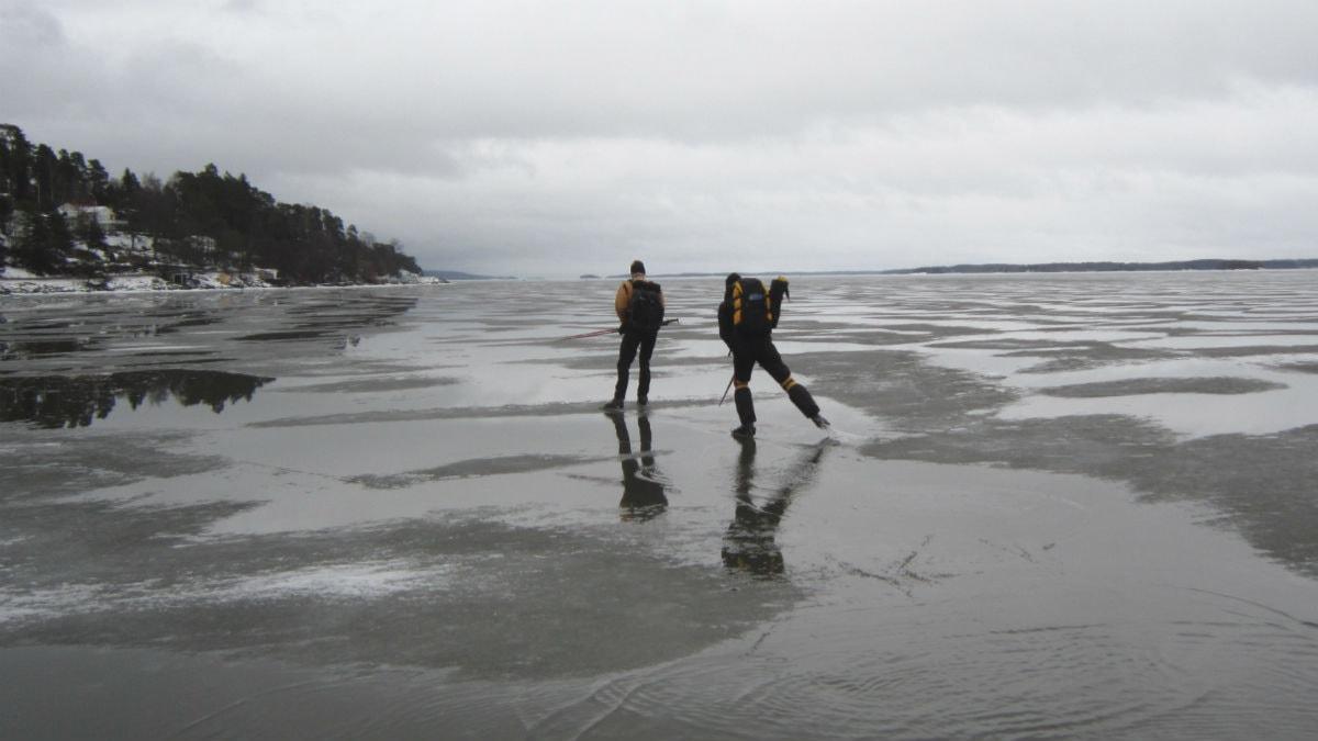 Skridskoåkare på Bråviken