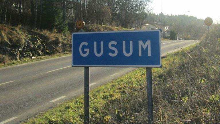 Skylt Gusum. Foto: Tahir Yousef/Sveriges Radio