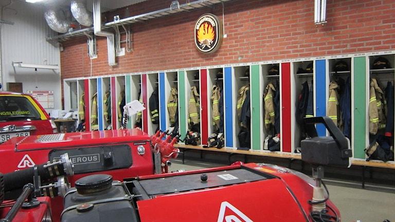 Tjänstekläderna hänger redo till 26 deltidsbrandmän på räddningsstationen i Åtvidaberg. Foto: Raina Medelius/Sveriges Radio