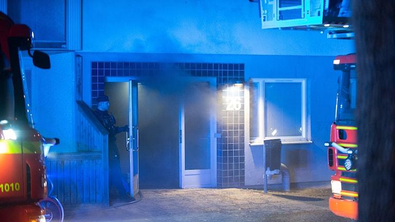 Röken i trapphuset blev kraftig på grunda av källarbranden.