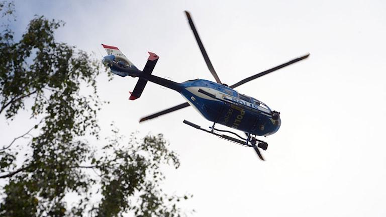 Polishelikopter söker efter försvunnen man i Finspång. Foto: Johan Nilsson/Scanpix
