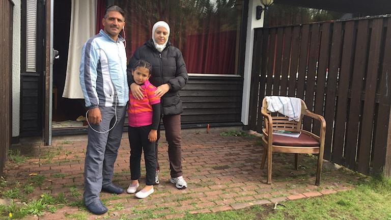 Fahed, Ikram och Aya på uteplatsen i Åtvidaberg. Foto: Lisen Elowson Tosting/Sveriges Radio