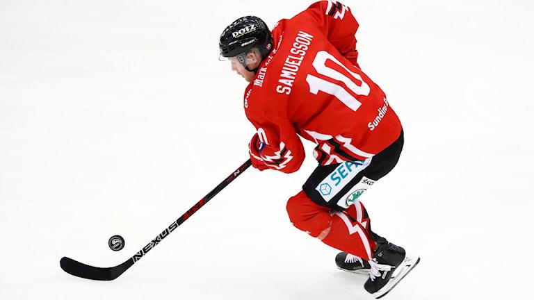 Jesper Samuelsson med pucken