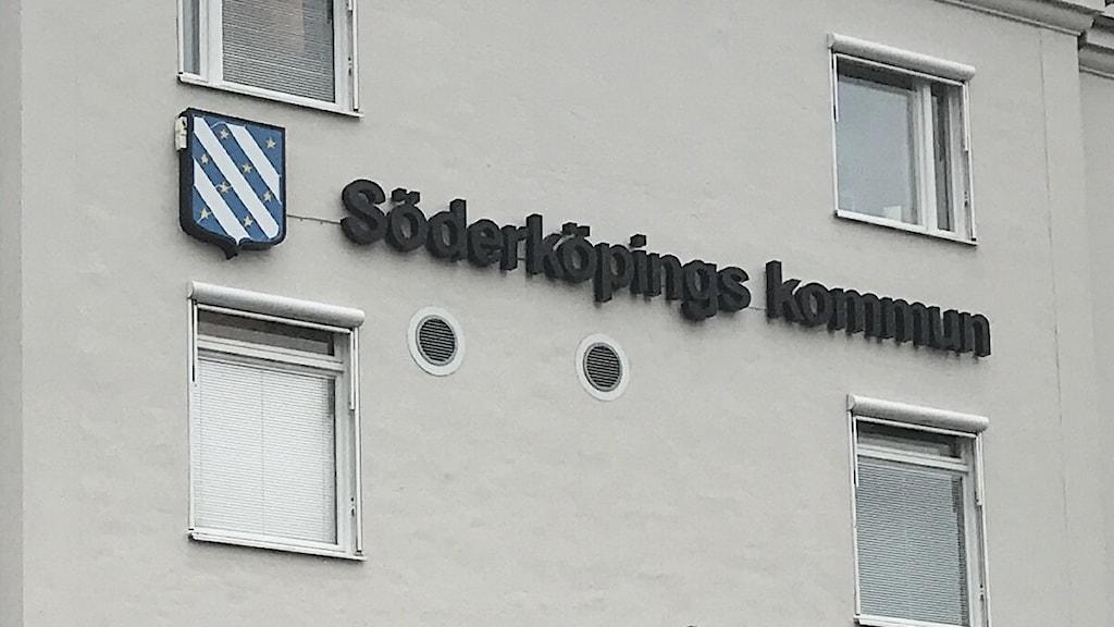 Den person från socialtjänsten i Söderköping som hämtade fel barn från en förskola till ett polisförhör i slutet av januari - åtalas nu för tjänstefel.
