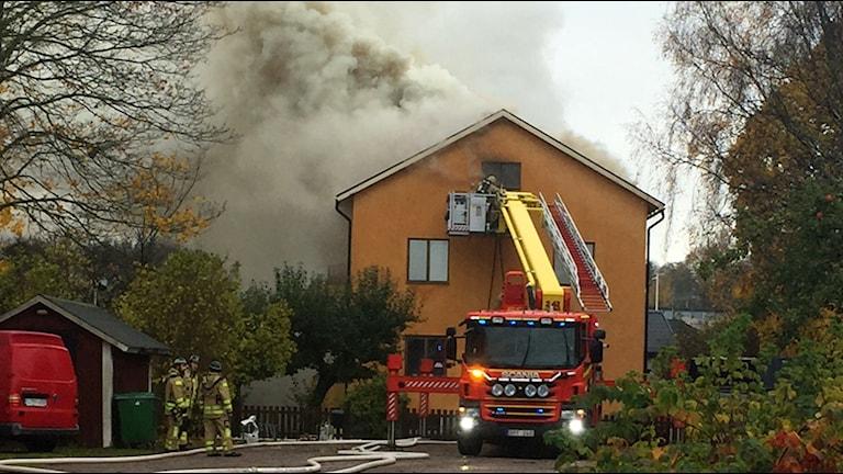 Branden började i en lägenhet och spred sig till vinden.