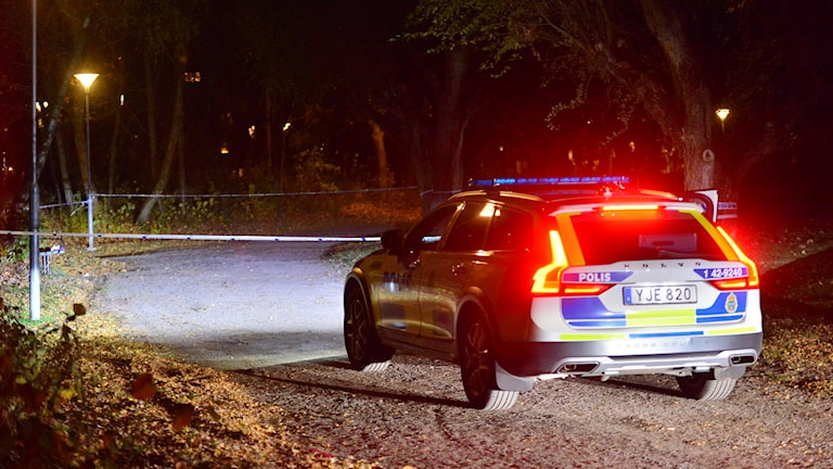 En polisbil står vid en polisavspärrning.