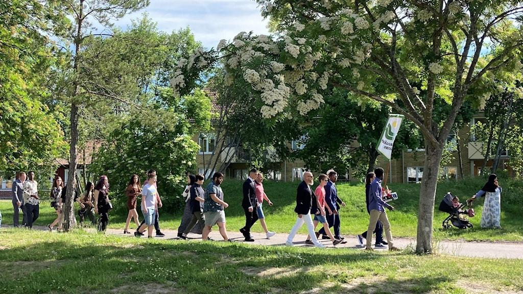 Niorna marscherar runt skolan en sista gång.