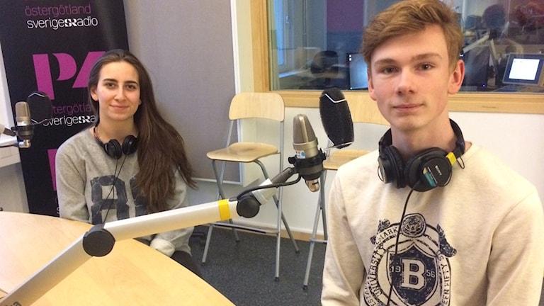 Joanna Hanna, ordförande i elevrådet på Borgsmoskolan och Linus Larsson, vice ordförande i elevrådet på Borgsmoskolan i studion.