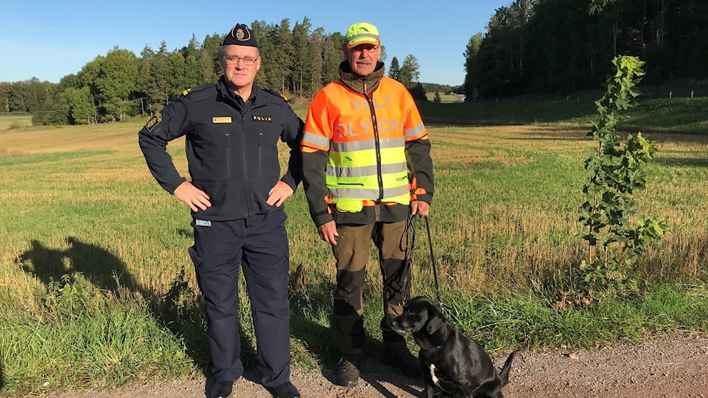 P-A Eriksson från nationella viltolycksrådet och eftersöksjägare Håkan Jansson står vid väg 35 utanför Åtvidaberg.