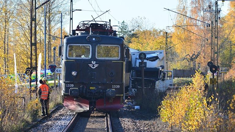 Krock mellan tåg och lastbil