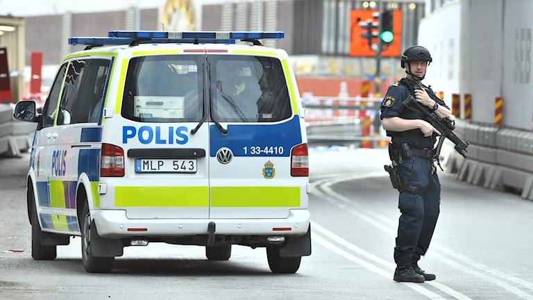 Beväpnad polis i Stockholm.