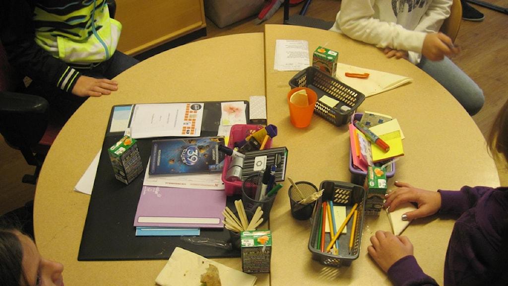 Elever vid ett klassrumsbord. Foto: Sofia Strindvall/Sveriges Radio