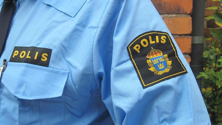 Polisemblem på skjorta. Foto: Maria Turdén/Sveriges Radio