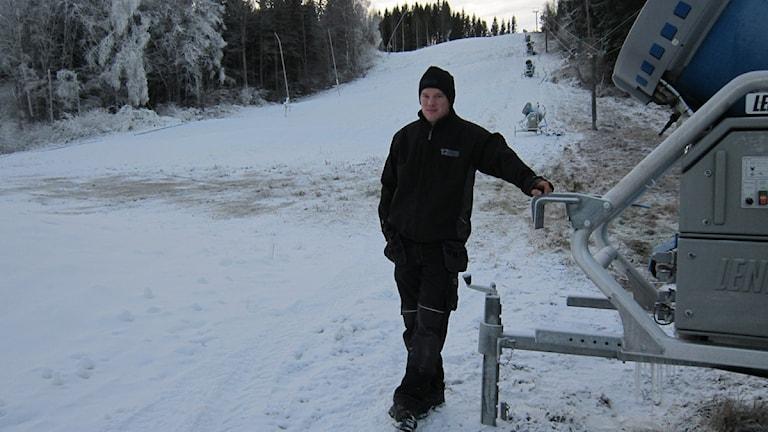 Jonathan Bexell, driftansvarig i Tolvmannabacken. Foto: Raina Medelius/Sveriges Radio