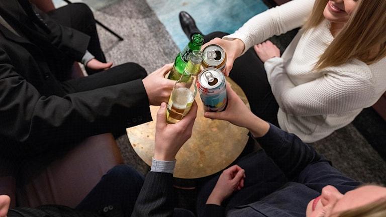 Ungdomar som skålar, alkohol