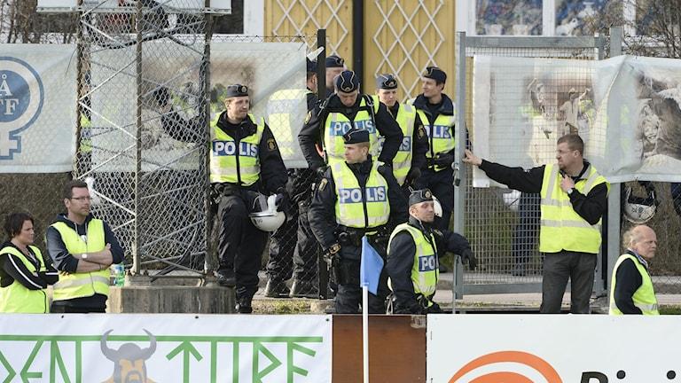 Poliser på läktare. Foto Mikael Fritzon/TT.