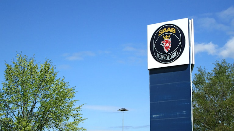 Skylt på Saab i Linköping med blå himmel. Foto:Maria Turdén/Sveriges Radio.