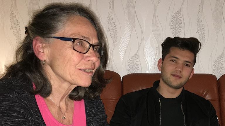 Lena Hultman i nybildade föreningen Kvar i Ydre. Delawar Rezai t h.