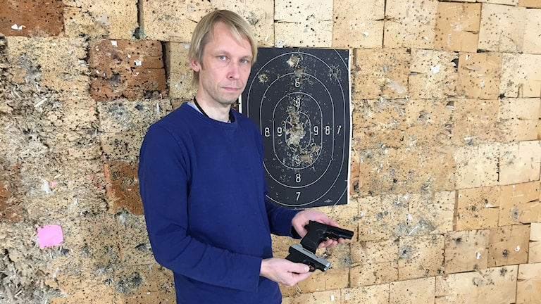 Mikael Högfors, chef på vapengruppen på NFC i Linköping visar upp två startpistoler som byggts om till skarpa skjutvapen.