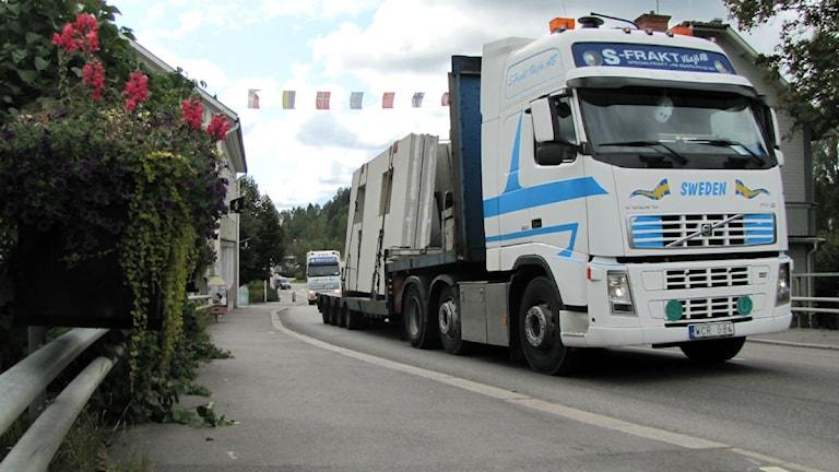 Väg 34 genom Kisa med lastbil foto:Tahir Yousef/Sveriges Radio