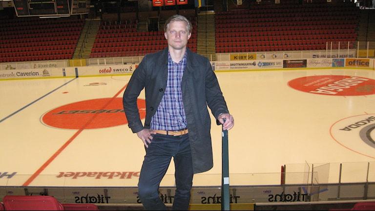 Vita Hästens VD Fredrik Jensen i Himmelstalundshallen. Foto: Rickard Jansson/Sveriges Radio.