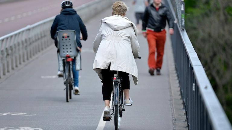 Två cyklister.