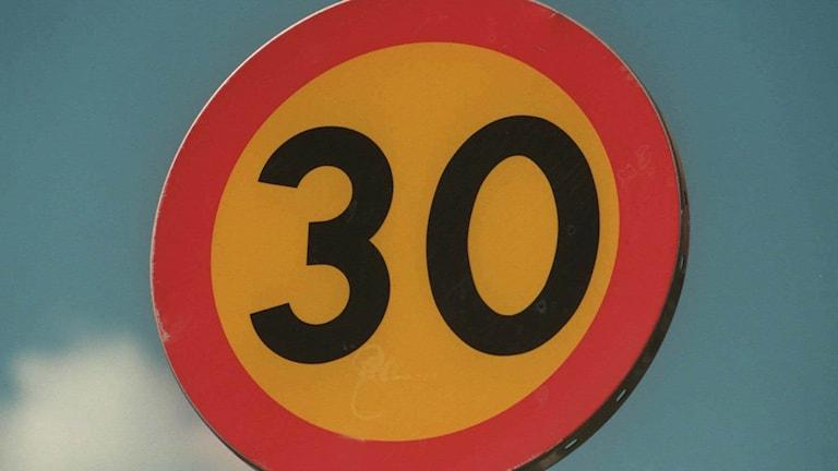 Skylt hastighetsbegränsning 30 km/h.