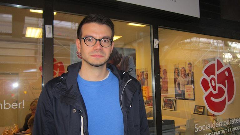 Elias Aguirre ombudsman för Socialdemokraterna i Linköping. Foto: Raina Medelius/Sveriges Radio