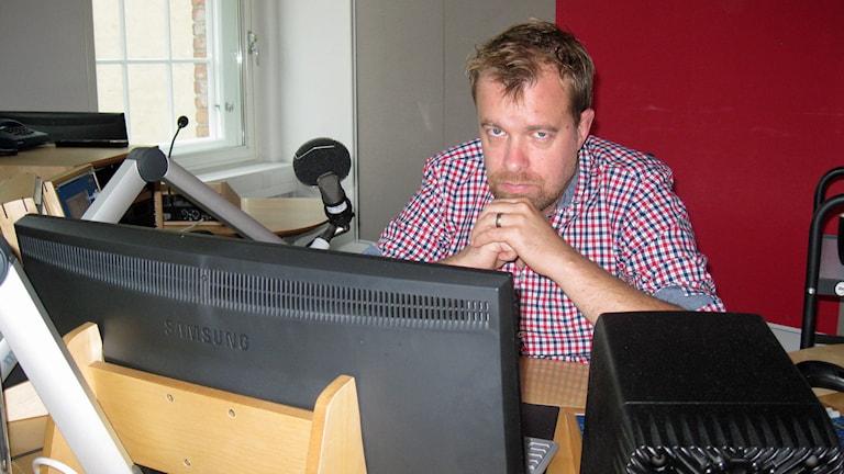Mathias Lindholm i radiostudion.
