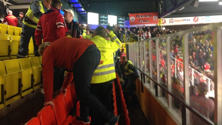 Persiner och vakter på läktare. Foto: Lisen Elowson Tosting/Sveriges Radio