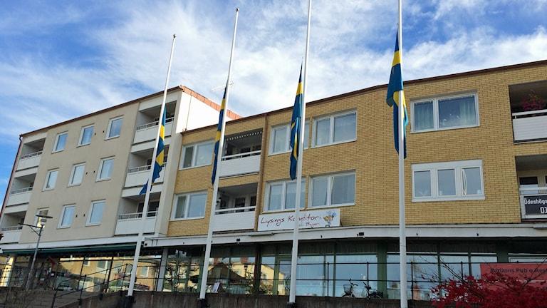 Flaggor på halv stång på torget i Ödeshög. Foto: Jessica Gredin/Sveriges Radio.