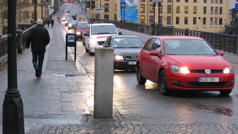 Bilar kör på stadsgata.