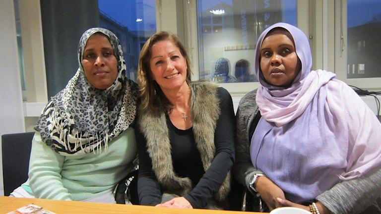 Amina Ali, Ghada Gergi och Safiya Barre jobbar med hemspråk och föräldrakurser i Linköping. Foto: Raina Medelius/Sveriges Radio