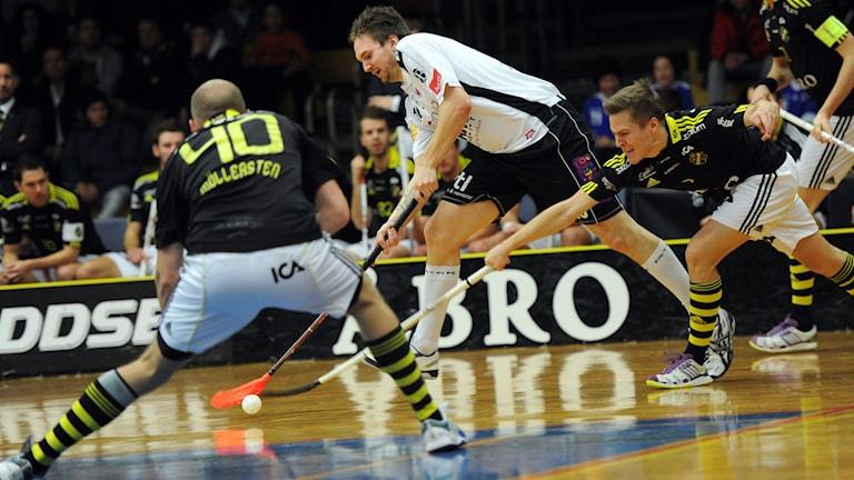 Linköpingsspelare i kamp om bollen med motståndare.