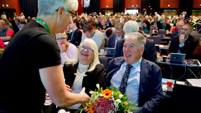 Roland Larsson, med hustru Marianne vid sin sida, gratuleras av Annika Qarlsson. (Foto: Claes Söderberg)