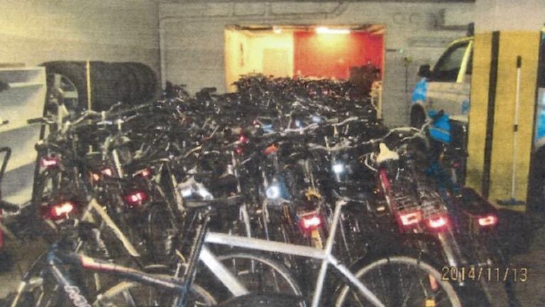 Cyklar i en källare.