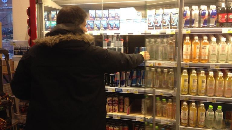 Energidrycker i kyldisk i affär foto:Maria Turdén/Sveriges Radio