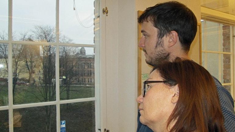 Petter Ahnoff och Marie-Louise Kristensson tittar ut genom fönstret.