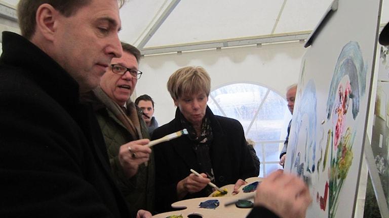 Stångåstadens vd Fredrik Törnqvist, styrelseordföranden Tommy Ählström och universitetetsrektor Helen Dannetun invigningsmålar.