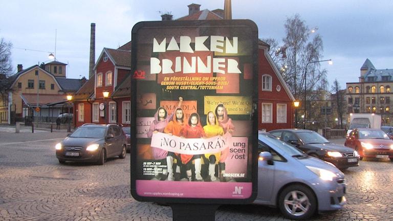 """Reklam för den inställda pjäsen """"Marken brinner"""" i Norrköping. Foto: Peter Kristensson/Sveriges Radio"""