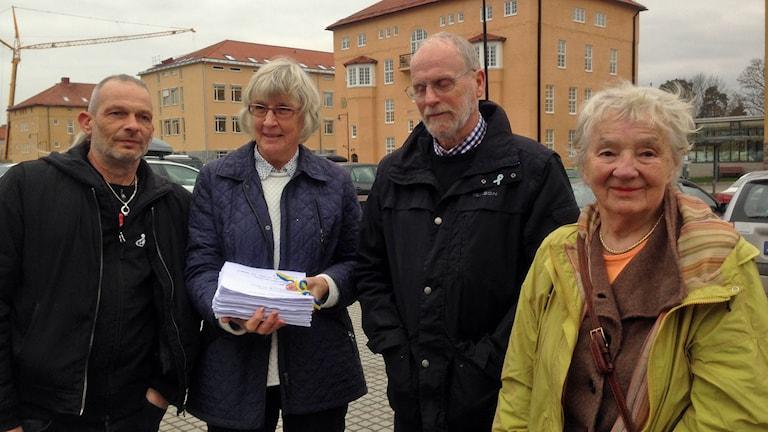 Pelle Lundström, Charlotte Storckenfeldt, Kjell Axelsson och Gerda Antti överlämnar namnlistor till länspolismästaren. Foto: Jimmy Calmerberg/Sveriges Radio