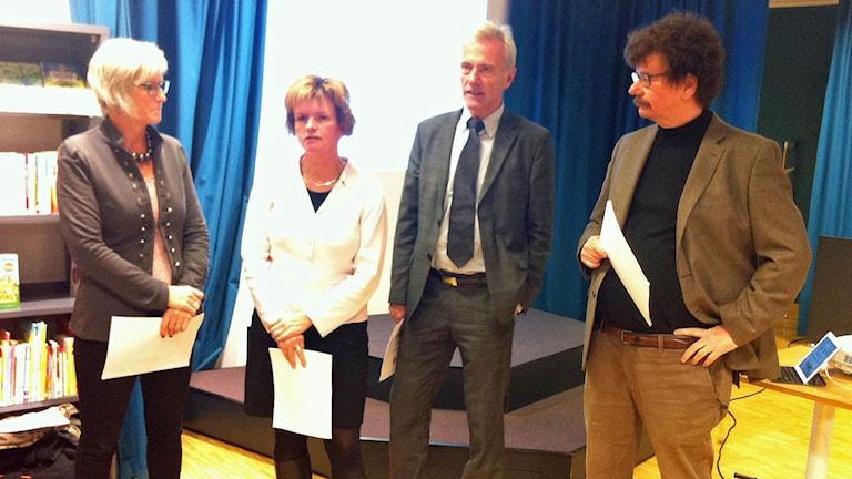 Kommunalråden Eva-Britt Sjöberg (KD), Karin Jonsson (C), Reidar Svedahl (FP) och Lars Stjernkvist (S). Foto: Viktor Levander/Sveriges Radio