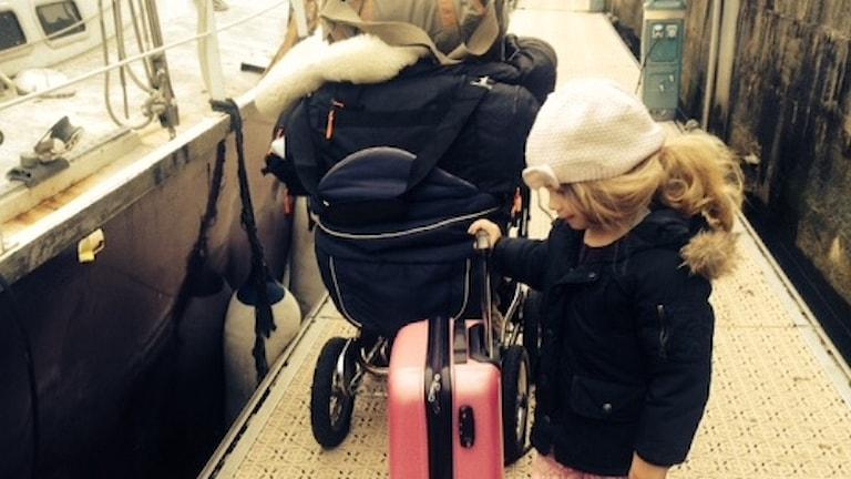 Edith mönstrar av och sticker hem till dagis.