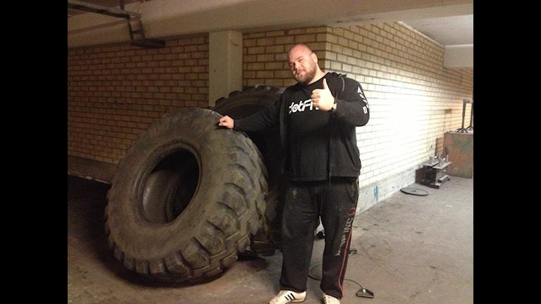 Johannes Årsjö inför Strongman-tävlingen. Foto: Lana Brunell/Sveriges Radio