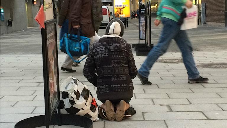 En tiggare på knä. Foto: Tahir Yousef/Sveriges Radio