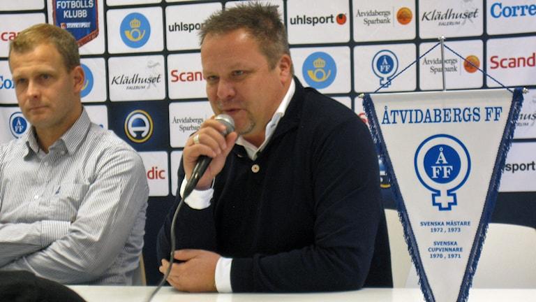ÅFF:s nye tränare Roar Hansen med veteranen Kristian Bergström till vänster. Foto: Sebastian Ekström/Sveriges Radio