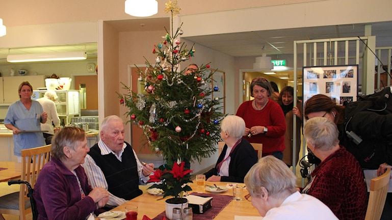 Granen visas upp för de boende som intar sin lunch. Foto: Cecilia Osorio/Sveriges Radio
