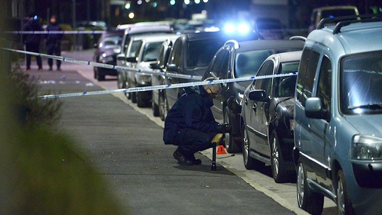 Polisens tekniker i arbete på mordplatsen. Foto: Johan Nilsson/TT