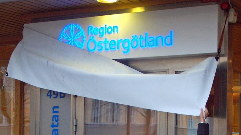 Den nya skylten till Region Östergötland avtäcks.